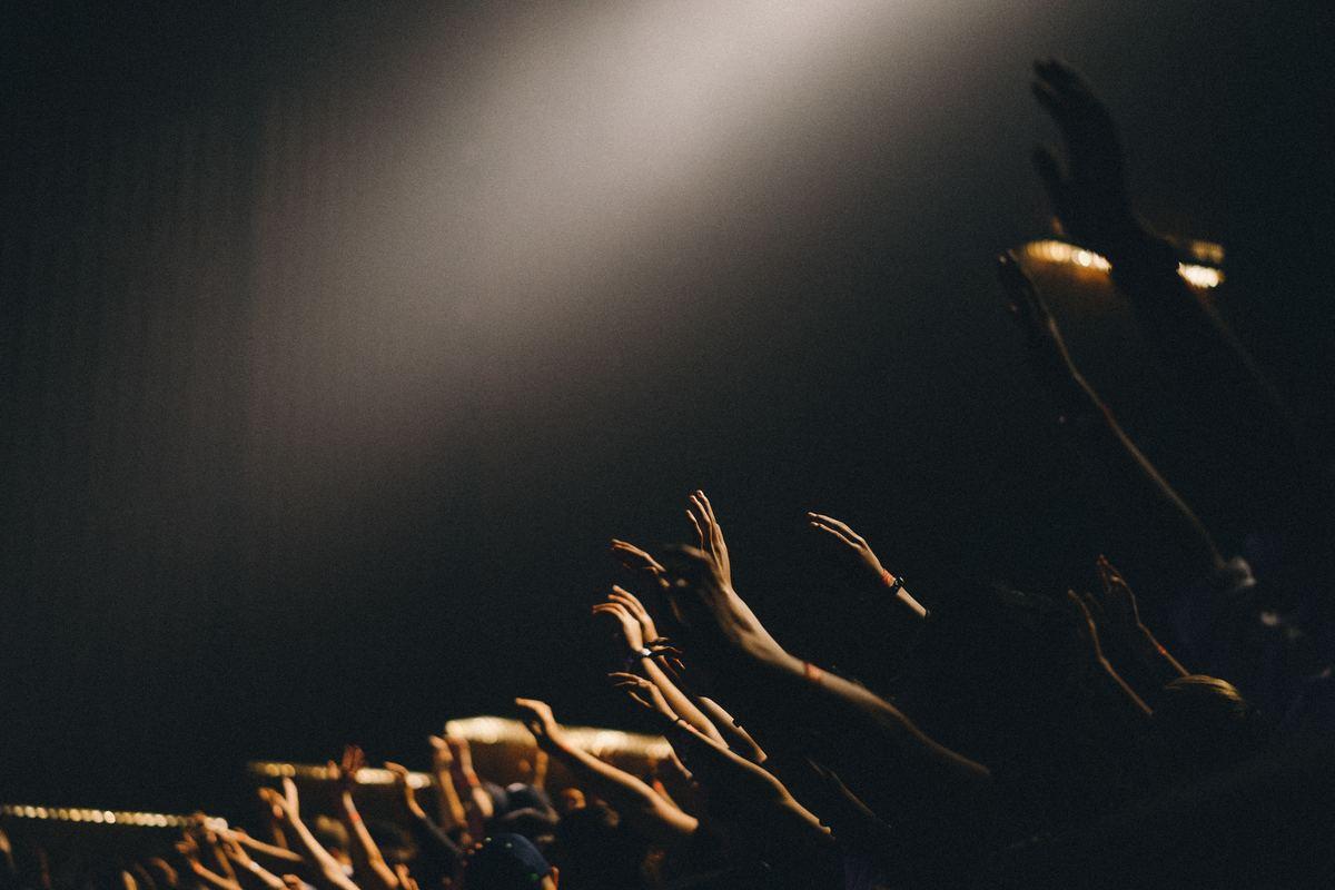 hands_crowd_DAM-1200x800-cb7be300-4e7a-4fa5-ba1f-12624c09e13e